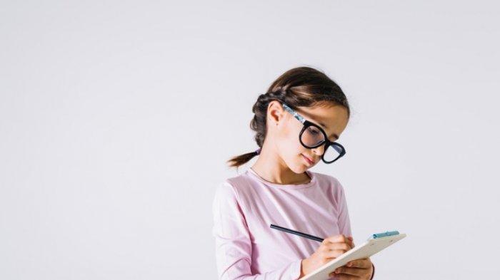 Ilustrasi - Anak perempuan belajar.