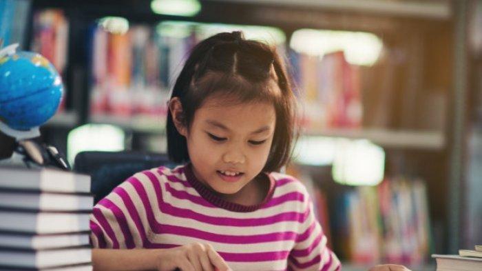 Ilustrasi - Siswi sedang belajar di rumah.