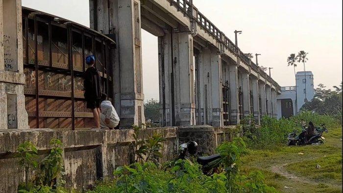 Bosan Saat PPKM? Remaja Serang Panjat Dinding Bendungan Lama Pamarayan, Nongkrong hingga Foto Bareng