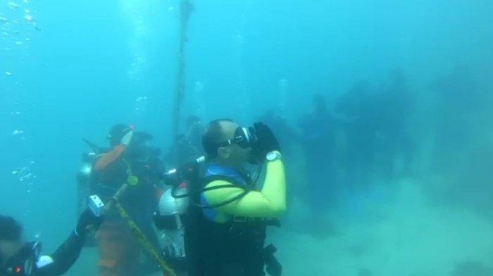 Persatuan Olahraga Selam Seluruh Indonesia (POSSI) Banten mengibarkan bendera merah putih di bawah laut di kedalaman 10 meter, Selasa (17/8/2021).