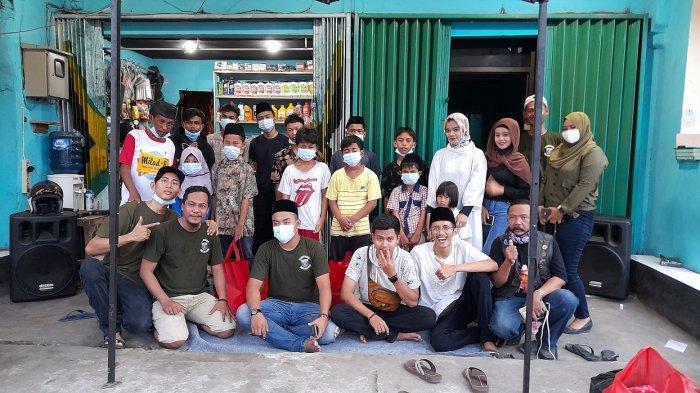 Empat belas pemuda dan pemudi dari berbagai komunitas di Kota Serang, memberikan santunan kepada 10 anak yatim di Sekret Gersun (gerobak susun), di Jalan Ki Ajurum Sempu, Kota Serang, Minggu (9/5/2021).
