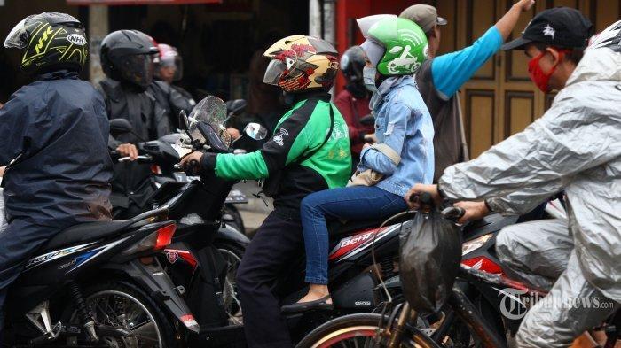Cara Bonceng yang Benar untuk Wanita hingga Hindari Kecelakaan saat Musim Hujan