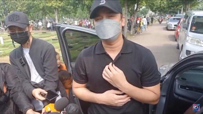 Billy Syahputra Hadiri Pemakaman Bangun Hamonangan, Ayah Sang Mantan, Hilda Vitria