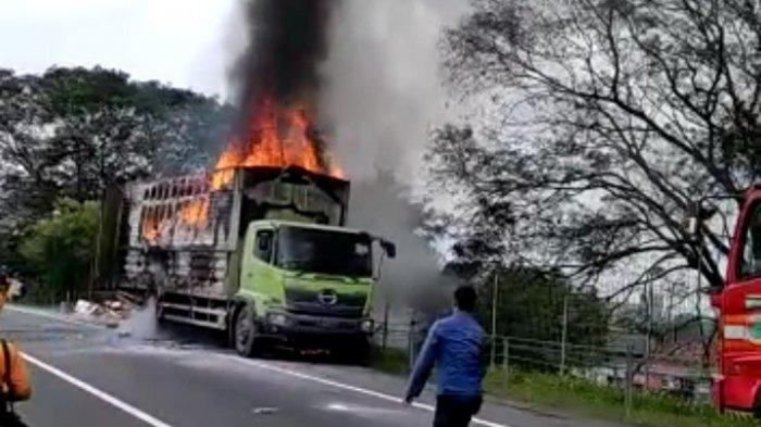 Truk bermuatan logistik terbakar di Km 65 Tol Tangerang-Merak tepatnya di Terowongan Kibin, Kabupaten Serang, Sabtu (3/4/2021) pukul 13.00.