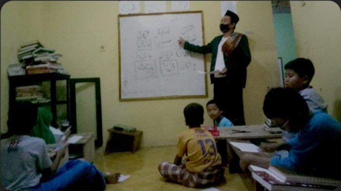 Inspiratif, Selain jadi Polisi, Bripka Ali Maghfur jadi Guru Mengaji 50 Anak di Tempat Tinggalnya