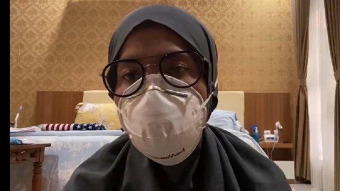 Bupati Lebak Iti Octavia Jayabaya melakukan isolasi mandiri setelah terkonfirmasi Covid-19