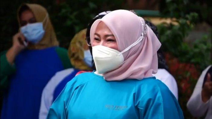Bupati Pandeglang Irna Narulita menitikkan air mata saat menghadiri prosesi pemakaman Kabid Penunjang RSUD Berkah, dr Edwin Afrian, yang meninggal dunia karena Covid-19 pada Rabu (14/7/2021).