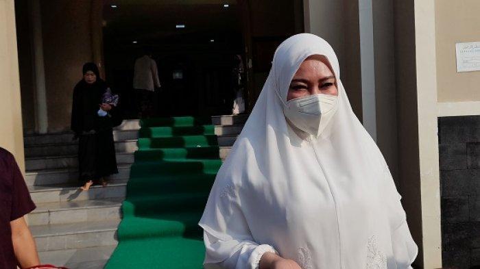 Bupati Pandeglang Irna Narulita usaimelaksanakan salat Idul Fitri di Masjid Baitusolihin, Jalan Bayangkara, Cipocok Jaya, Kota Serang, Banten, Kamis (13/5/2021).
