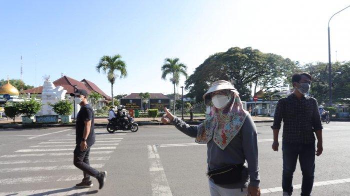 Bersama para ajudan, Bupati Serang Ratu Tatu Chasanah berjalan kaki dari rumah dinas di Jalan Bhayangkara ke Pendopo Bupati Serang, Rabu (17/3/2021) pagi.