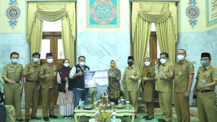 Bupati Serang Ratu Tatu Chasanah menyerahkan donasi untuk Palestina sebesar RP 262,16 juta yang akan disalurkan melalui ACT Serang Raya di Pendopo Bupati Serang, Senin (7/6/2021).