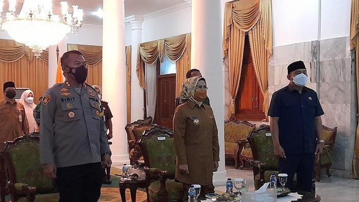 Bupati Serang Ratu Tatu Chasanah bersama pejabat Forum Koordinasi Pimpinan Daerah (Forkopimda) Kabupaten Serang mengikuti rapat koordinasi dengan Presiden Joko Widodo melalui video conference di Kantor Bupati Serang, Senin (17/5/2021).