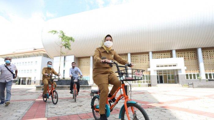 Bupati Serang Ratu Tatu Chasanah bersepeda di kampus Untirta di Sindangsari, Kabupaten Serang, Selasa (9/2/2021).