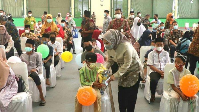Bupati Serang Ratu Tatu Berbagi Kebahagiaan Bersama Anak Yatim secara Sederhana dan Terapkan Prokes