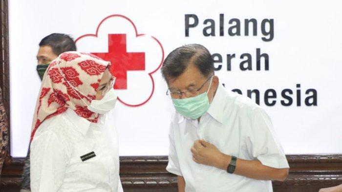 Bupati Serang Ratu Tatu Chasanah berbincang bersama Ketua Umum PMI Jusuf Kalla di Jakarta, Rabu (2/6/2021).