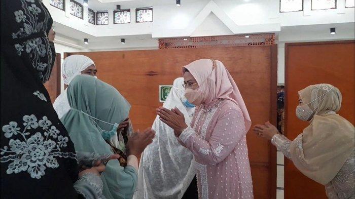 Bupati Serang Ratu Tatu Chasanah Salat Id di Masjid Baitusolihin Didampingi Ketua DPRD Bahrul Ulum
