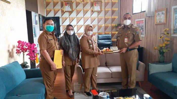 Bupati Tangerang Ahmed Zaki Iskandar dan Camat Kepala Dua Prima Raras Puspa saat acara ulang tahun ke-14 Kecamatan Kelapa Dua, Tangerang, Senin (15/3/2021)