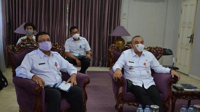 Bupati Tangerang Ahmed Zaki Iskandar (kanan)