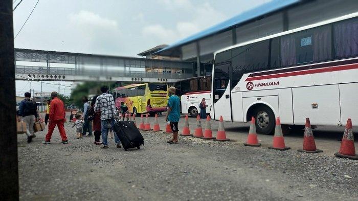 Sejumlah bus tujuan beberapa kota di Pulau Sumatera mulai memadati dermaga eksekutif Pelabuhan Merak, Sabtu (1/4/2021).