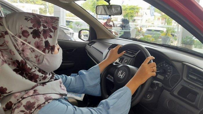 Calon konsumen mencoba Honda Brio di Honda Auto Serang, Selasa (8/6/2021).