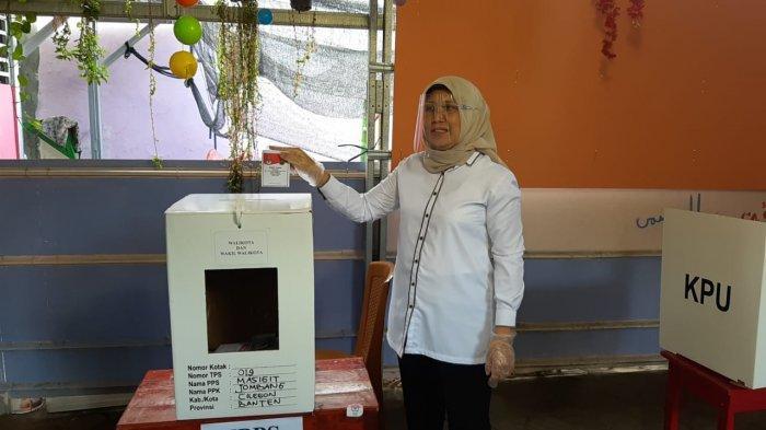 Calon Wali Kota Cilegon nomor urut 02, Ratu Ati Marliati, menggunakan hak suara di TPS 19 yang berada di Masigit, Kecamatan Jombang, Kota Cilegon, Banten, Rabu (9/12/2020).