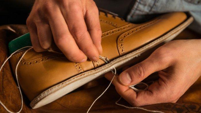 Sepatu Cepat Rusak, Berikut Cara Mudah Menjahit Sol Sepatu di Rumah