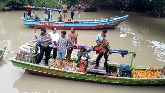 Polisi bersama nelayan mencari bocah berusia 4 tahun yang diduga tenggelam di Kali Banten, Kecamatan Kasemen, Kota Serang, Rabu (13/1/2021). (Dokumentasi Polsek Kaseman)