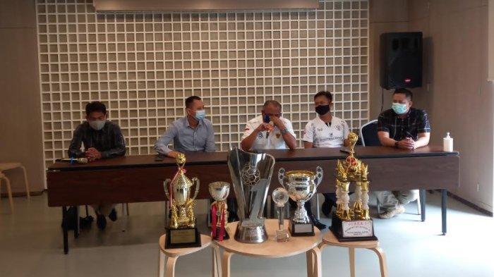 Mantan Pemilik Cilegon United, Yudhi Apriyanto saat konferensi pers di Swiss-Belhotel