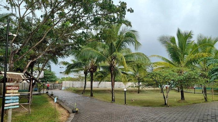 Coconut Island Carita di Jalan Raya Carita Nomor 8, Caringin, Kecamatan Labuan, Kabupaten Pandeglang, Banten.