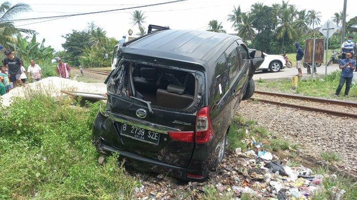 Daihatsu Xenia Berisi 3 Orang Tertabrak Kereta Api Rangkasbitung-Merak, Warga: Sudah Diteriakin
