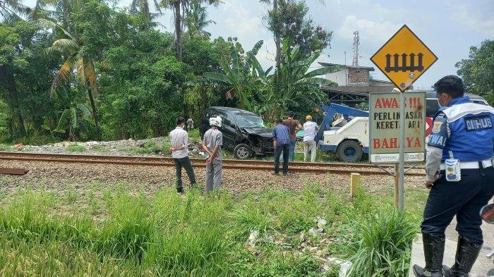 Daihatsu Xenia bernomor polisi B 2739 SZE tertabrak kereta api angkutan nomor 426 rute Rangkasbitung-Merak, Kamis (18/3/2021) siang.
