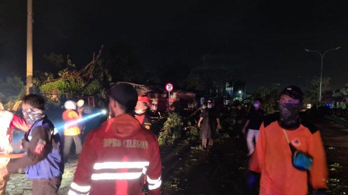 Angin Puting Beliung Terjang Cilegon, Atap SPBU Ambruk dan Puluhan Pohon Tumbang