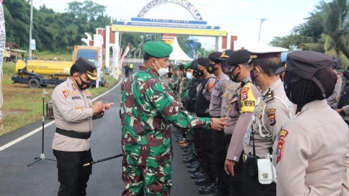 Dandim 0602/Serang Kolonel Inf Muh Suhardono memeriksa kesiapan anggota Polda Banten dan Kodim 0602/Serang saat Apel Pasukan Pengamanan RI-1 ke Bendungan Sindang Heula di Gerbang Bendungan Sindang Heula, Serang, Banten, Kamis (4/3/2021).