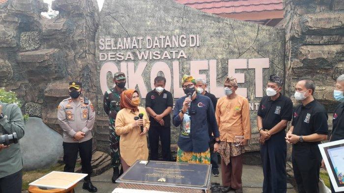 Menparekraf Sandiaga Uno didampingi Bupati Ratu Tatu Chasanah di Desa Cikolelet, Kecamatan Cinangka, Kabupaten Serang, Sabtu (2/10/2021).