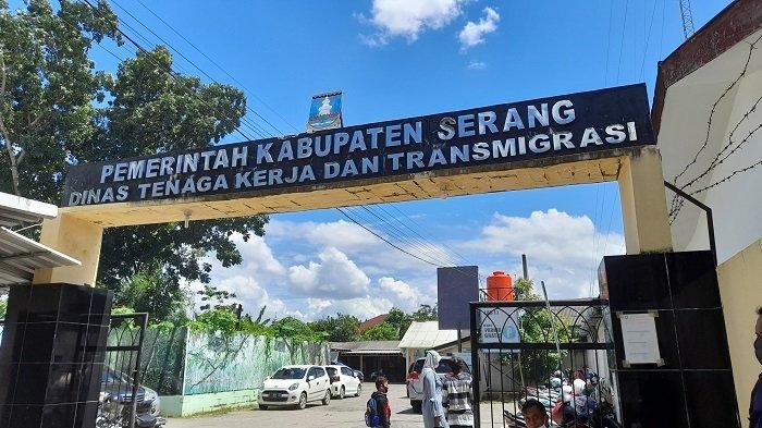 Dinas Tenaga Kerja dan Transmigrasi (Disnakertrans) Kabupaten Serang di Jalan KH Abdul Fatah Hasan Ciceri. Kota Serang, Senin (1/3/2021).
