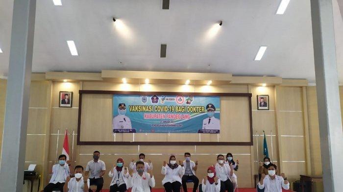 Sejumlah dokter berfoto bersama sebelum vaksinasi Covid-19 di gedung Pendopo Kabupaten Pandeglang, Senin (25/1/2021).