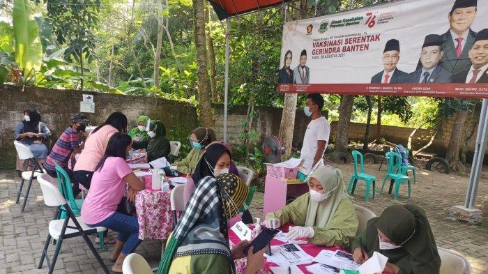 Suasana vaksinasi Covid-19 yang digelar DPD Partai Gerindra Provinsi di Klinik Otika Banten, Jalan Raya Serang Pandeglang, Kecamtan Baros, Kabupaten Serang pada Sabtu (28/8/2021).