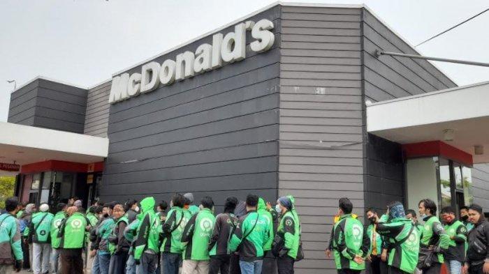 Driver ojek online terpaksa mengantre di McD demi mengambil orderan paket McD BTS Meal yang dirilis hari ini, Rabu (9/6/2021)