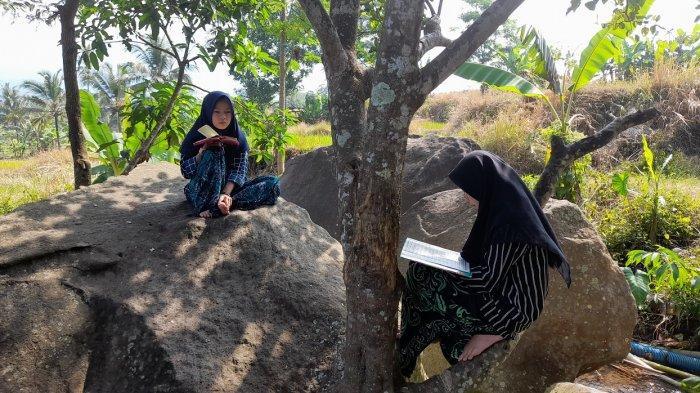 2 Santri Perempuan Menghafal Al-Qur'an di Tepi Mata Air Cipaman Pandeglang, Diiringi Gemericik Air
