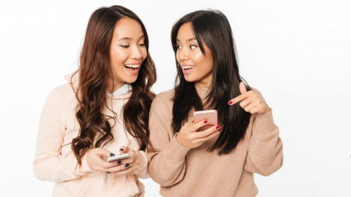 Ilustrasi - Dua wanita sedang chattingan.