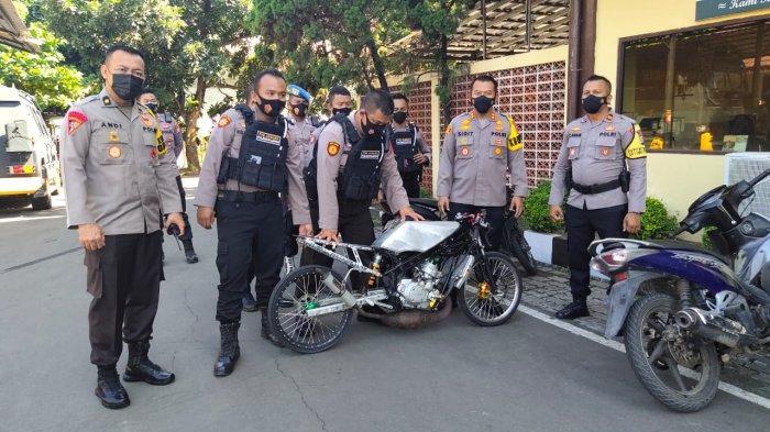 Petugas Polres Cilegon mengamakan enam sepeda motor dan tujuh orang yang diduga hendak balap liar di Jalan lingkar Selatan (JLS), Kamis (15/4/2021).