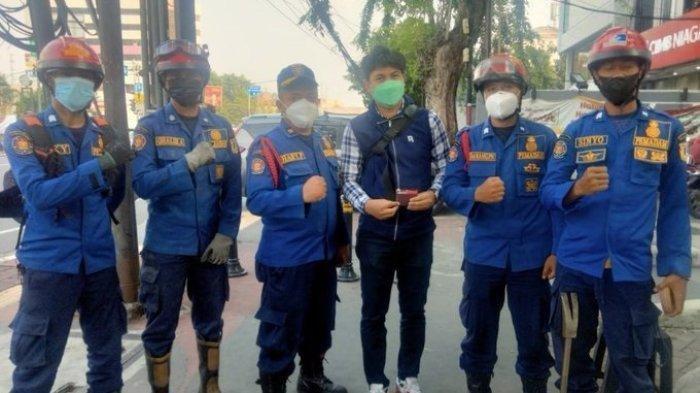 Viral Pria Minta Damkar Evakuasi Kartu ATM Jatuh saat Makan Bakso, Warganet Geram : Cuma Gini Doang