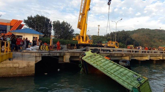 Truk yang Tercebur di Laut Pelabuhan Merak Dievakuasi Pakai Crane, Pengangkatan Perlu Waktu 1,5 Jam