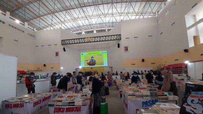 Suasana Festival Hari Buku Nasional (FHBN) 2021 di Gedung Auditorium Untirta Sindangsari, Kabupaten Serang, Banten, Rabu (26/5/2021). Pameran buku terbesar itu digelar dalam rangka memperingati Hari Buku Nasional yang jatuh pada 17 Mei 2021.