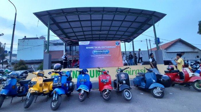 Unik! Forum Silaturahmi Scooter Banten Bagikan Takjil Buka Puasa Sambil Mengendarai Vespa