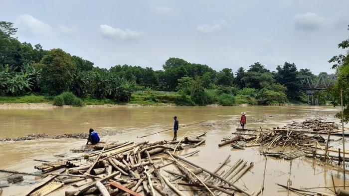 Kekurangan Air Bersih, Warga Kampung Kaum Tetap Gunakan Air Sungai Ciberang Meskipun Keruh