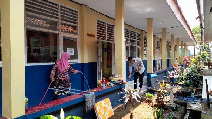 Melihat Persiapan di SMAN 2 Kota Serang Jelang PTM, Guru dan Karyawan Bersih-bersih Ruang Kelas