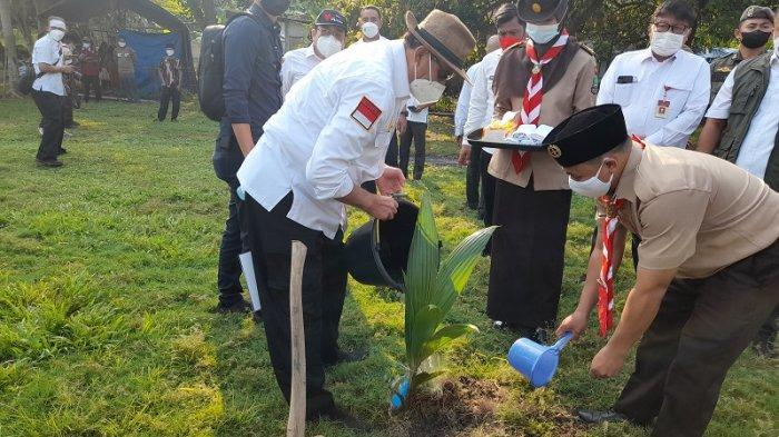 Saat Menanam Pohon di Bumi Perkemahan Cikujang, Gubernur WH Sempat Berbincang-bincang dengan Warga