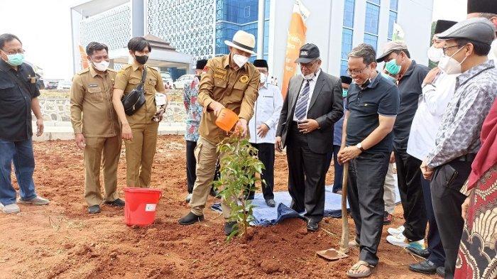 Peringati HUT ke-21 Provinsi Banten, Gubernur WH Gelar Aksi Tanam Pohon di Area Gedung Baru UIN SMH