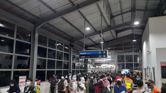 Perubahan Jam Operasional Sebabkan Penumpukan Penumpang di Stasiun, Pengguna: Percuma PPKM Darurat
