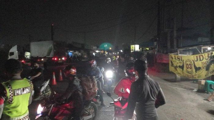 Polisi Putar Balik Kendaraan Bermotor di Pos Penyekatan Gerem Cilegon Jelang Idul Adha